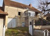 Leuk stenen huis met tuin, binnenplaats en bijgebouwen