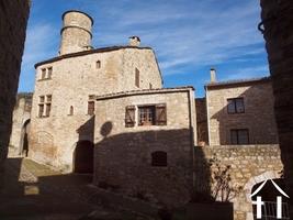 Middeleeuws huis met terras en garage op historische locatie