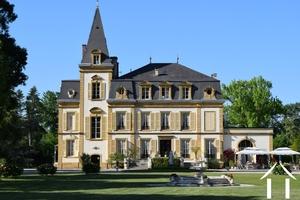 Prachtig gerestaureerd imposant chateau omgeven door een  5ha groot schitterend aangelegd park met z