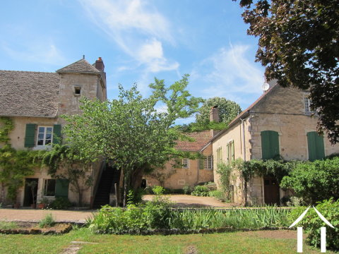 Groot huis met zwembad in gerenomeerd wijndorp. Ref # MB1162S