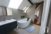 Groot huis in centrum van Beaune met wijnkelder Ref # CR4921BS foto 14 Upstairs bathroom