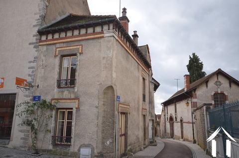 Klein huisje aan middeleeuws plein Ref # CR4929BS