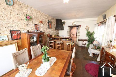 Klein huis midden in wijnstadje. Ref # CR4971BS