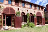 Verbouwd 19e eeuws landhuis, 3 suites, Cote Roannaise Ref # BH4979H foto 8 cour level studios, right and left