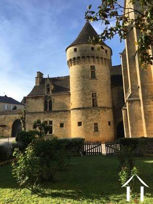 Middeleeuws kasteel in het hart van dorpje in de Périgord . Ref # GVS4944C