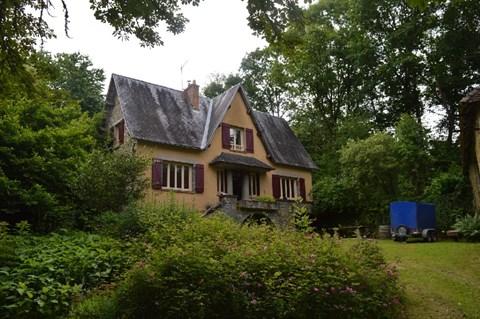 Huis, gite, schuur en bijgebouwen verscholen in het bos Ref # Li487