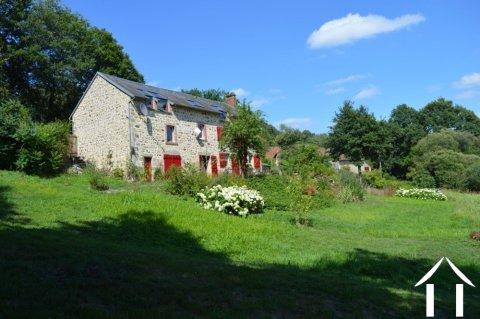 Goed gerenoveerd huis aan een meer Ref # Li547