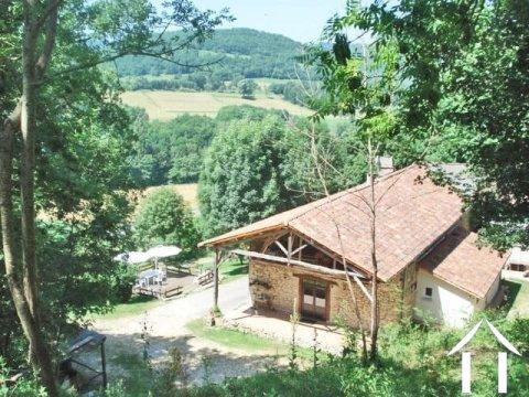 Voormalige boerderij van natuursteen gedeeltelijk gerestaureerd auberge 100m2,bijgebouwen 88m2 en een terrein van 2.8ha Ref # MP9046