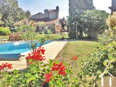 Gerenoveerde boerderij met tuin 9634m2, zwembad, bijgebouw met uitzicht op Pyreneeën.  Ref # MP9048