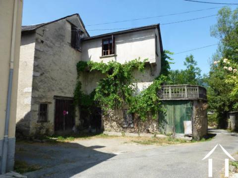 Dorpshuis moet volledig gerenoveerd worden. Ongeveer 2000M2 tuin met stenen muur. Ref # MPDJ002
