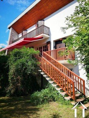 Grote villa met twee gescheiden woningen en gesloten tuin in een kuuroord. Ref # MPOA1860